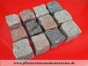 Rustikale Granit-Pflastersteine 7/9cm (gesägt-gespalten), MIX von bunten (rot, schwarz, grau, gelblig) Pflastersteinen aus schwedischem und polnischem Granit, Granit-Würfel, Natursteinpflaster, Pflastersteine aus Polen und Schweden, Pflastersteine direkt vom Hersteller... Auf dem Foto befinden sich trockene Steine, deswegen ist die Farbintensität unterschiedlich