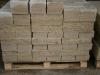 Sandstein-Mauersteine / Naturstein-Mauer / Sandstein-Mauer (grau-gelb). Zwei Flächen - gespalten, vier Flächen – gesägt (Sandstein-Mauersteine aus Polen), Mauersteine für eine Natursteinmauer, Polensandstein / Wasserbausteine