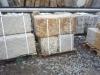 Große Groe Sandstein-Mauersteine / Naturstein-Mauer / Sandstein-Mauer (grau-gelb), gespalten und gespitz, ohne Bohrlöcher (Sandstein-Mauersteine aus Polen), Mauersteine für eine Natursteinmauer, Polensandstein / Wasserbausteine