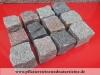 SCHWEDISCH-POLNISCHE PFLASTERSTEINE -MISCHUNG - Eine BUNTE Mischung von Pflastersteinen 7/9 cm aus skandinavischen Natursteinen (roter Bohus, grauer Bohus, roter Vanga, roter Tranas, schwarzer Schwede, Scandia) und einen polnischen, grauen Granit. Dieser Mix von Granit-Pflastersteinen besteht aus Würfel, die teilweise gesägt, gespalten und manchmal geflammt sind. Auf dem Foto befinden sich trockene Steine, deswegen ist die Farbintensität unterschiedlich. Ein sehr attraktiver Preis…