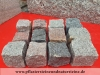 SKANDINAVISCH-POLNISCHE PFLASTERSTEINE -MISCHUNG - Eine BUNTE Mischung von Pflastersteinen 7/9 cm aus skandinavischen Natursteinen (roter Bohus, grauer Bohus, roter Vanga, roter Tranas, schwarzer Schwede, Scandia) und einen polnischen, grauen Granit. Dieser Mix von Granit-Pflastersteinen besteht aus Würfel, die teilweise gesägt, gespalten und manchmal geflammt sind. Auf dem Foto befinden sich trockene Steine, deswegen ist die Farbintensität unterschiedlich. Ein sehr attraktiver Preis…