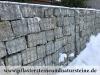 Gabionenstützmauer, Naturstein-Gabionenmauer / Naturstein-Mauer / Granit-Mauer (eine Mauer aus dem Naturstein - diesmal grau-gelbe große Pflastersteine aus frostbeständigem Granit)