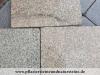 Gelb-graue Granit-Platten (unterschiedliche Formate und Stärken), Variante mit antikiesierten Kanten ODER mit normalen, geraden Kanten. Jede Platte ist ein Unikat. GRANIT aus POLEN, auf dem Foto befindet sich eine nasse Fläche.