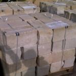 Sandstein-Mauersteine, Köpfe und Lagerflächen - gesägt, vordere und hintere Sichtseiten - gespalten